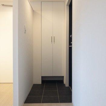 玄関前には黒のタイル※写真は2階の同間取り別部屋のものです