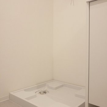 バスルームの前には洗濯が置けます※写真は2階の同間取り別部屋のものです