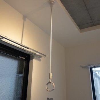 キッチン正面の窓には物干しフックが付いています※写真は2階の同間取り別部屋のものです