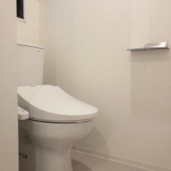 洗面台の隣には温水洗浄付きのトイレが※写真は2階の同間取り別部屋のものです