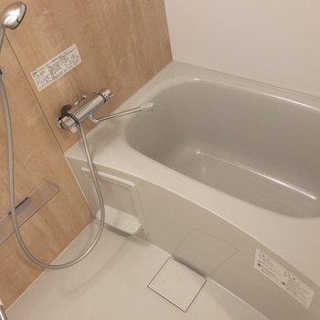 バスルームは浴室乾燥機付き ウッドテイストのクロスが素敵※写真は2階の同間取り別部屋のものです