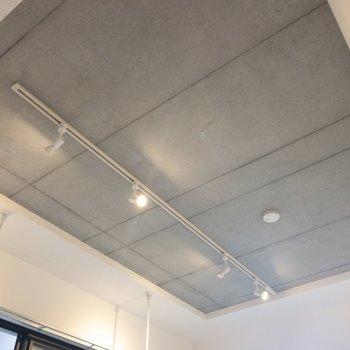 天井はコンクリートでかっこいい※写真は2階の同間取り別部屋のものです