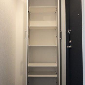 シューズボックスは大きなブーツなども置けそう※写真は2階の同間取り別部屋のものです