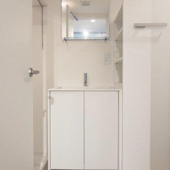 洗面台は白でスッキリ※写真は2階の同間取り別部屋のものです