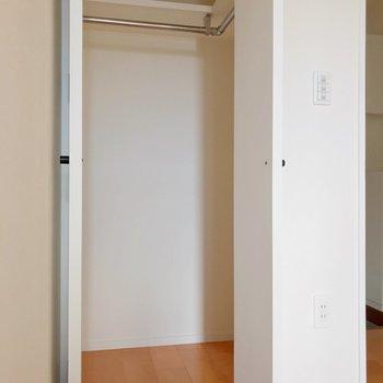 入り口扉の隣にクローゼット。