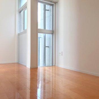 玄関側の洋室。こちらを寝室にしたい。