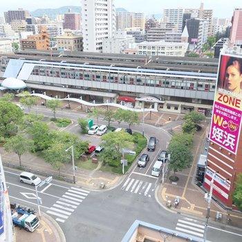 見下ろすと姪浜駅のロータリー。線路から離れているし、10階なので音は気になりません。
