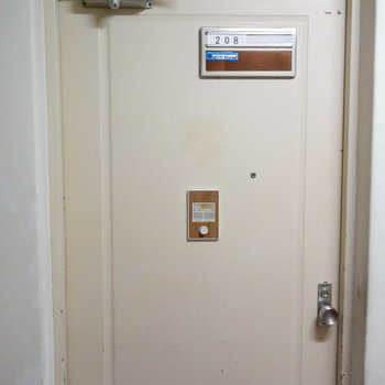 この扉の先にリノベされたお部屋が待っています