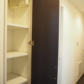 廊下にも収納スペースが!