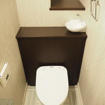 トイレです!小さな手洗い場付き!