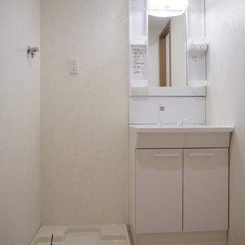 洗濯機置場と独立洗面台です