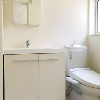 洗面台とトイレはお隣さん。※写真は前回募集時のものです