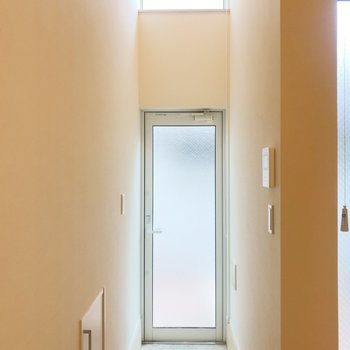 玄関からの光の取り込みがすごい。※写真は前回募集時のものです