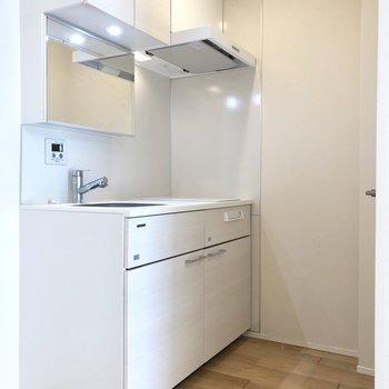 左側に冷蔵庫を置けます。※写真はクリーニング前のものです