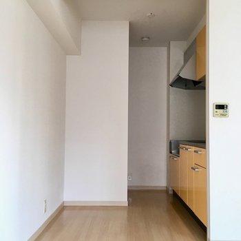 キッチン後ろに食器棚や冷蔵庫を置けそうです。(※写真は6階の同間取り別部屋のものです)