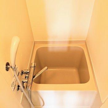 お風呂はコンパクト。少ない水で温まれますよ。