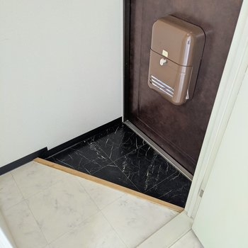 シックな雰囲気の玄関。シューズボックスはありません、整理整頓を。