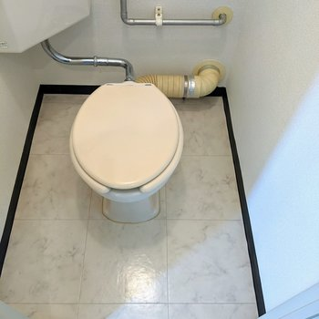 白で統一されたトイレ。