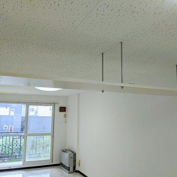 お部屋の上部には、棚がついています。収納にしてもドライフラワーを吊り下げてもいいですね。