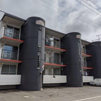 3本柱のあるオシャレな雰囲気のある建物。