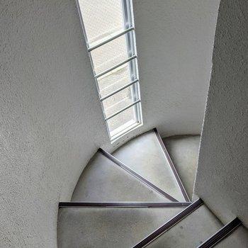 螺旋状の階段で手すりはありません。詳しくは現地でご確認ください。