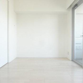 窓が大きめ、白が基調のシンプルなお部屋。(※写真は9階の同間取り別部屋のものです)