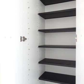 玄関にはシューズBOX。結構入りますね。嬉しい!(※写真は9階の同間取り別部屋のものです)