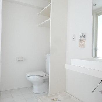 脱衣スペースは洗面、洗濯機、トイレの配置。(※写真は9階の同間取り別部屋のものです)