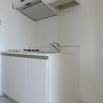 キッチンのお隣に冷蔵庫スペースがあります。(※写真は9階の同間取り別部屋のものです)