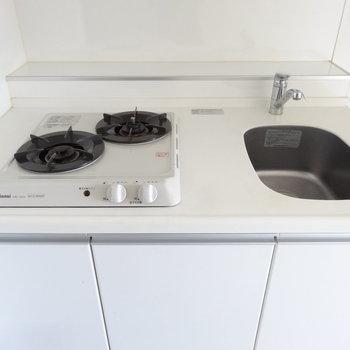 調理スペースが狭いので、まな板は縦に置くかんじ。(※写真は9階の同間取り別部屋のものです)