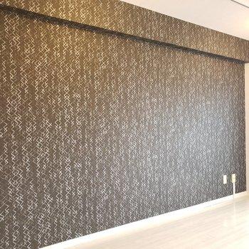 壁一面は濃い色のアクセントクロス。