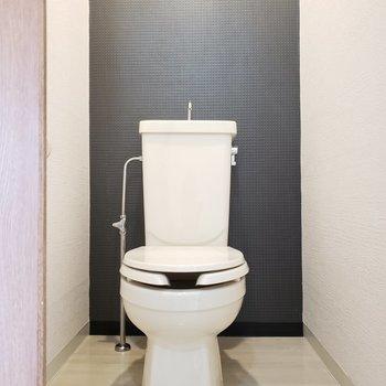 トイレにもアクセントクロス。こだわりは抜かりなく。