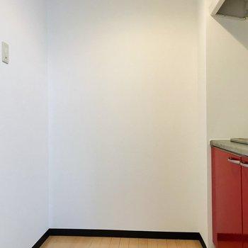 キッチン正面に冷蔵庫やラックが置けますね。