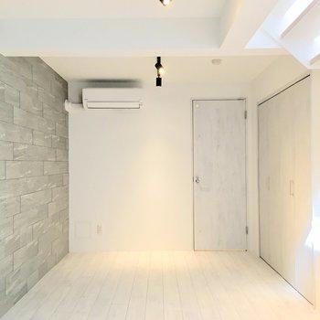 【Bedroom】コンクリートの壁側にベッドかなぁ。※ 写真は前回募集時のものです