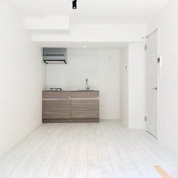 【LDK】窓の反対側にはキッチンが。※ 写真は前回募集時のものです