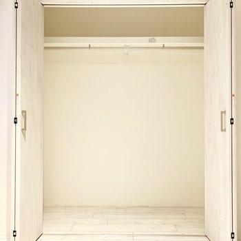 【bedroom】クローゼット。1人分はたっぷり収納できそう。※ 写真は前回募集時のものです