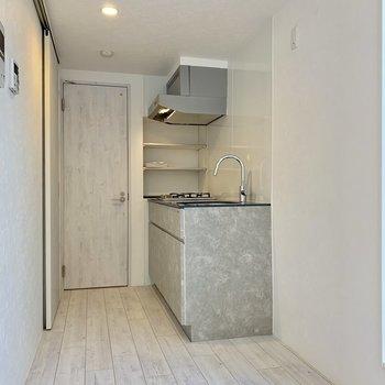 冷蔵庫はキッチン手前に。※ 写真は前回募集時のものです