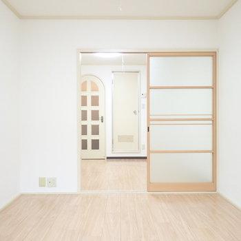 引き戸がガラスでさっぱりした雰囲気です※写真と文章は3階同間取り別部屋のものです。細部は異なることがあります。