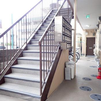 階段をのぼっていきます
