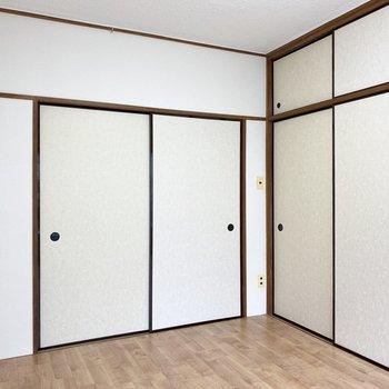正面の扉からDKへ。右には押し入れがあります。