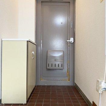 玄関は落ち着いた印象。