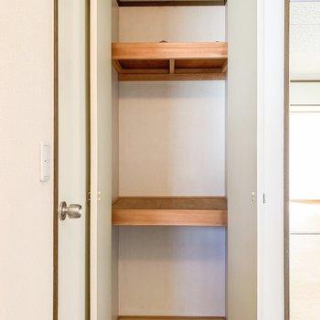 【和室】サニタリールームの手前にも収納スペースが!