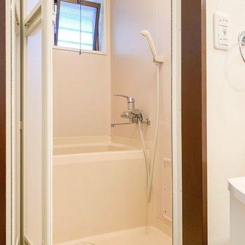 お風呂には小窓が付いてます。