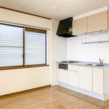 【DK】キッチンはリフォーム済みでとても清潔感があります。