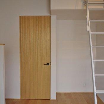 階段下のスペースも有効活用!※写真は同タイプ1階のお部屋