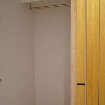 収納は廊下にありますよ~!※写真は同タイプ1階のお部屋