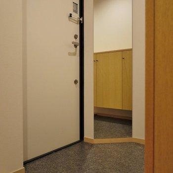 玄関もまずまずの広さ♪※写真は同タイプ1階のお部屋