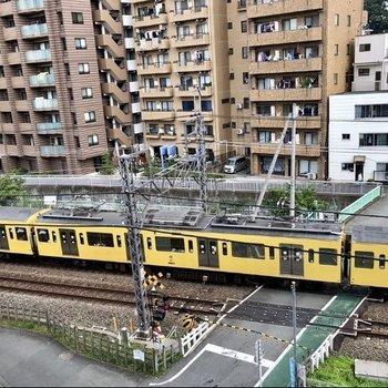 こんなに近くに電車が走っています