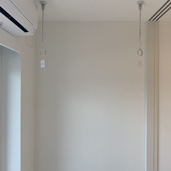 窓の前に洗濯竿がかけられます