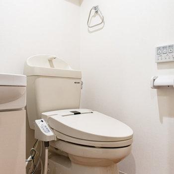 ウォシュレット付きトイレ。上部に棚があります。